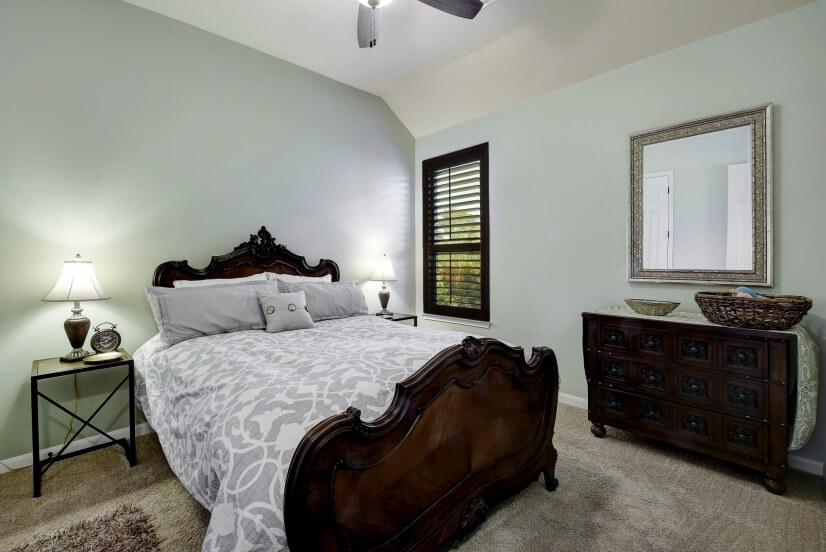 Second bedroom w queen bed