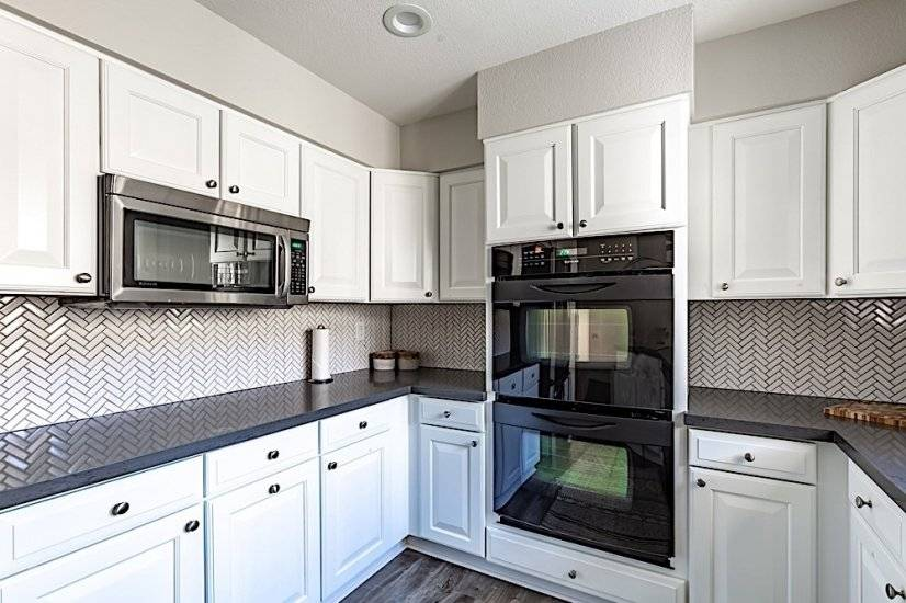 Beautifully remodeled kitchen w/ double ovens