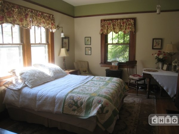 Room with queen bed, 9' ceiling, lots of lamps