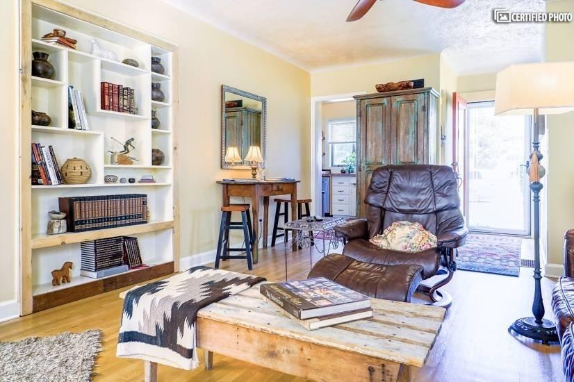image 2 furnished 1 bedroom House for rent in University, Denver South