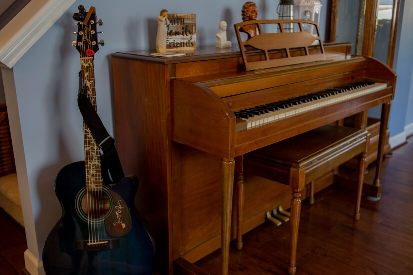 Piano & acoustic guitar are both available!
