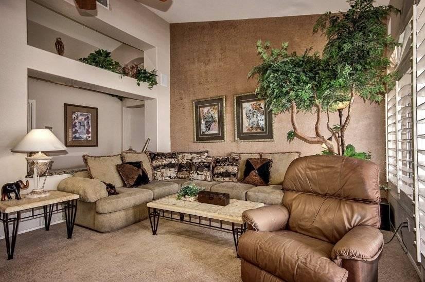 Beautiful Living Room W/ 65 inch Big Screen TV.