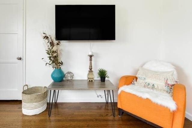 Living room with Smart TV and closet