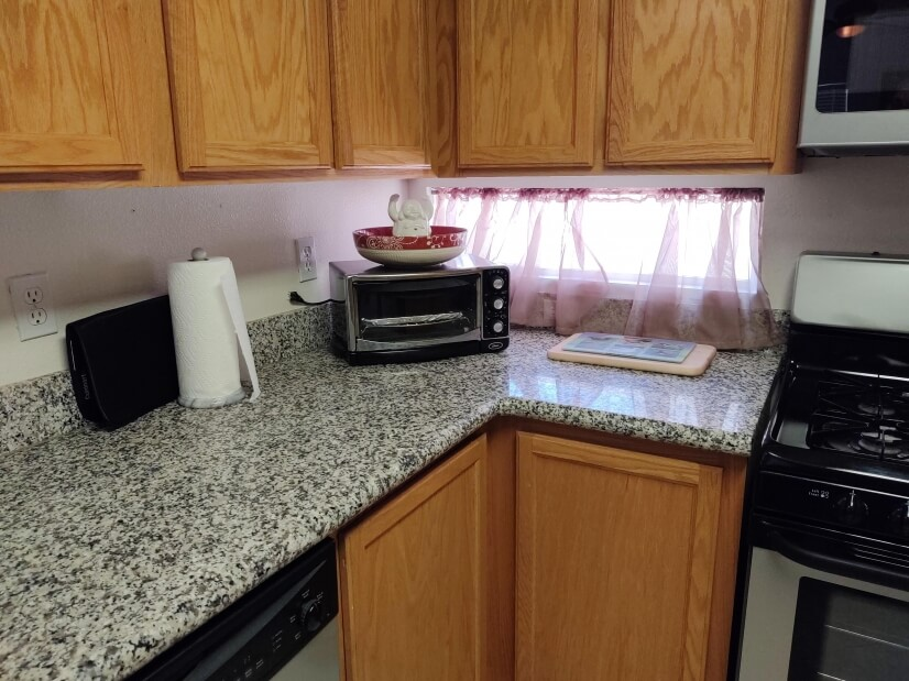 Extra counter-top microwave & bright kitchen