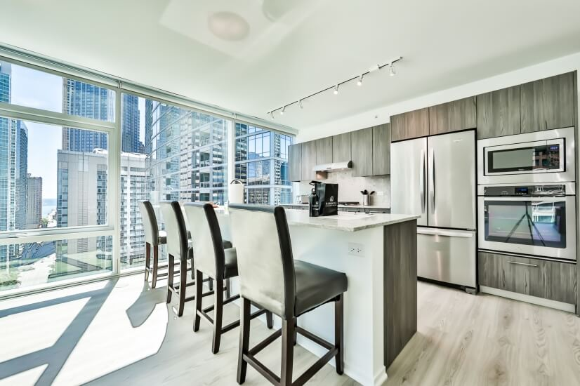 Corner Streeterville 2BR, Big Windows!!