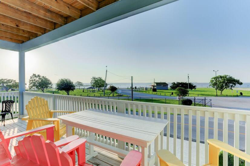 Gorgeous 3 bedroom stilt home across from Sylvan Beach Park