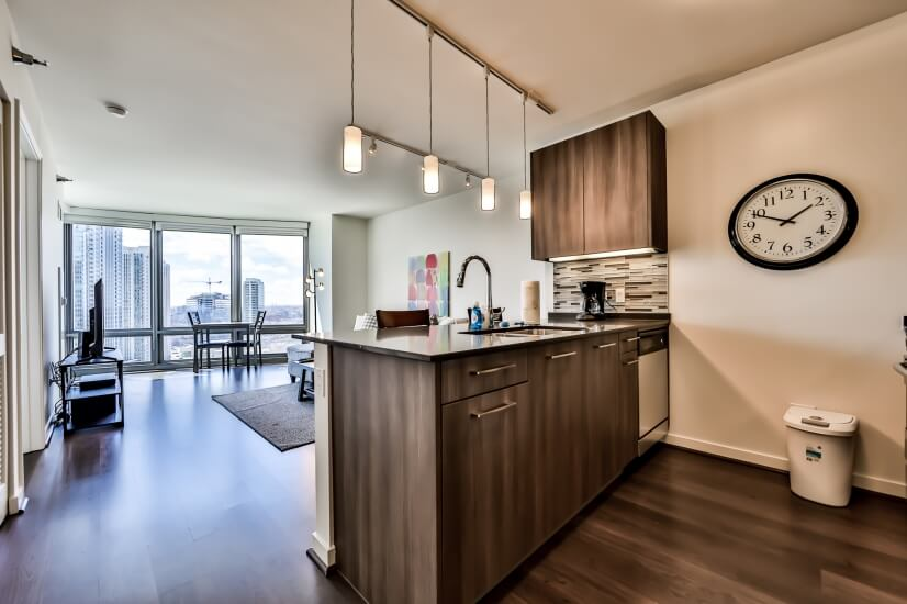River North 1BR - Balcony, Gym/Pool!!