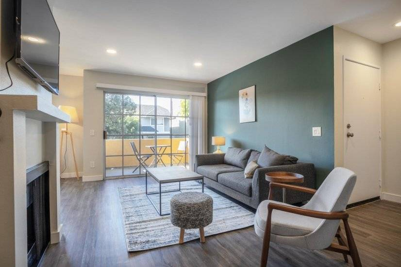 TownHome Style 1BR close to WeHo