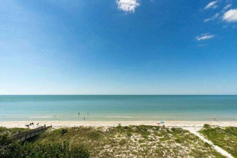 Ocean Side, Top Floor 2 BR Beach Front!