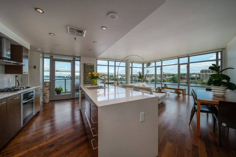 New listing in the Pearl! Modern open concept