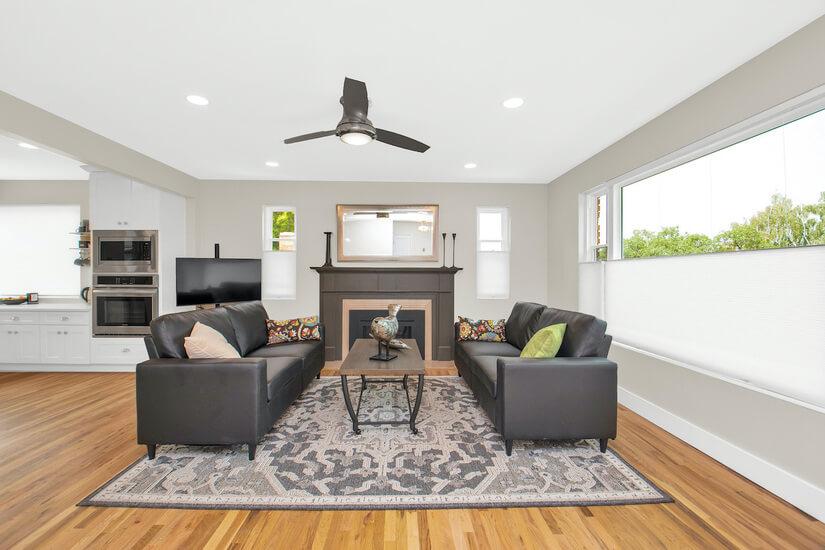 Living Room w Gas Log Fireplace
