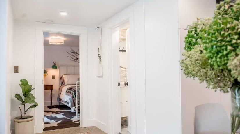 Hall to bathroom/ bedroom