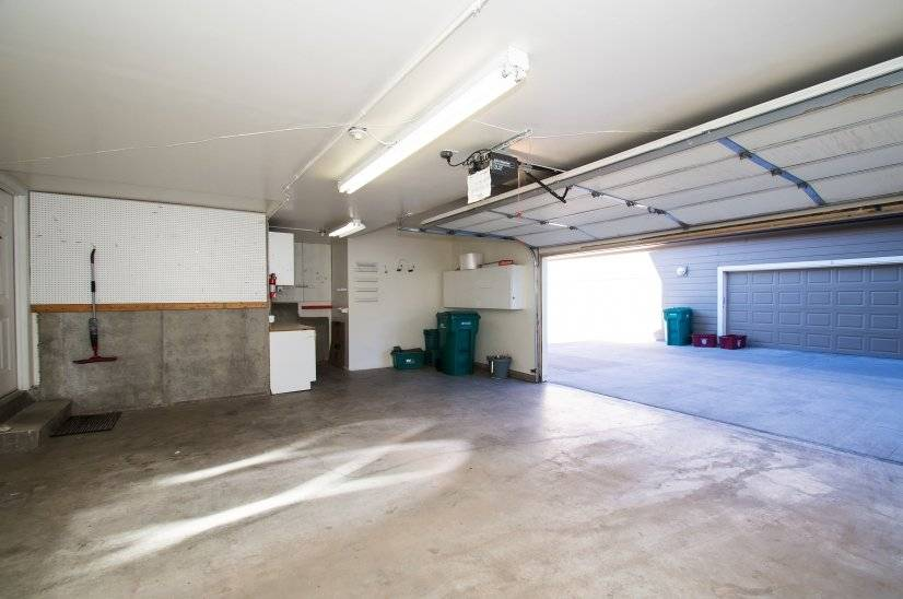 Oversized 2 1/2 Car Garage w Additional Storage