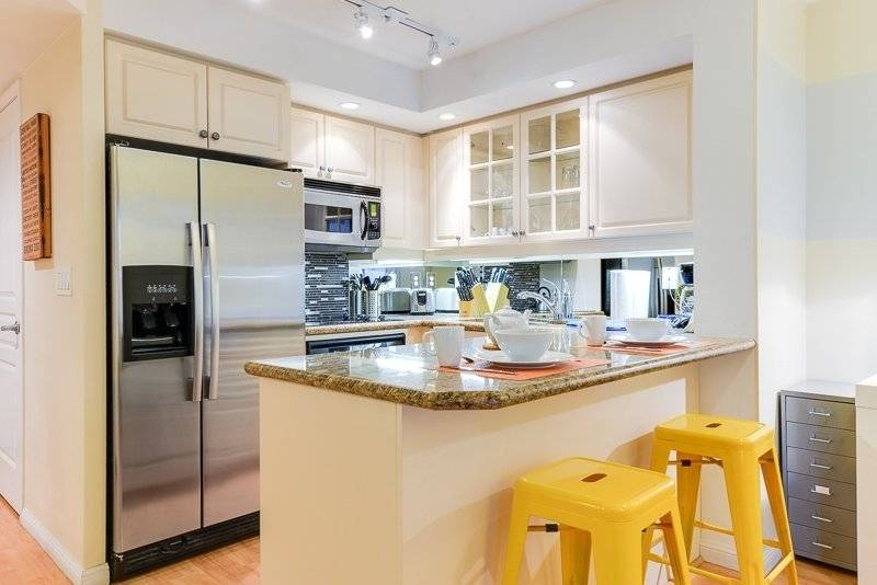 Fully Equipped Kitchen w/ Large Breakfast Bar