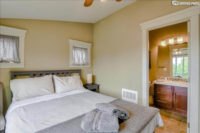 Upstairs Master Suite with Full en-suite bath