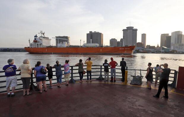 ferry leaving Algiers Point to CBD/Fr.Quarter