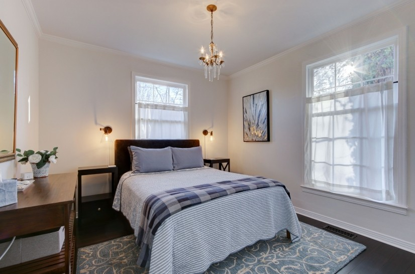 Blue bedroom (queen bed)