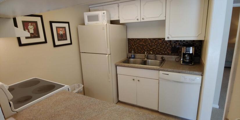Fully Stocked Kitchen, Frig w Ice Maker