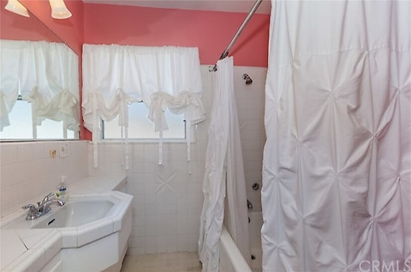 Hall bathroom for bedrooms 1 and 2