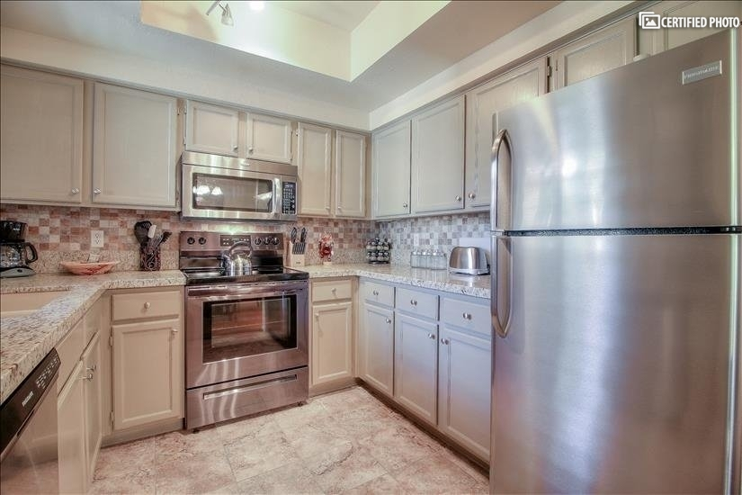 Upgraded Kitchen w/Granite Counter Tops & SS Appliances