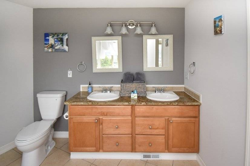 Double sink with toiletries provided