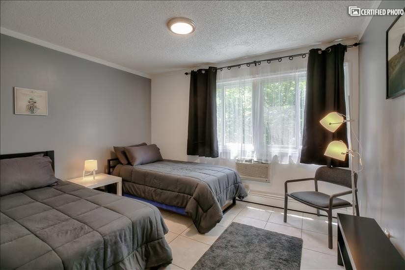 Secondary (smaller) bedroom - 2 x twin beds s