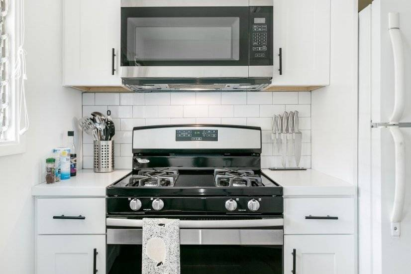 Oven/stove with microwave, cooking utensils provided