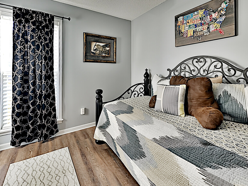Single daybed room