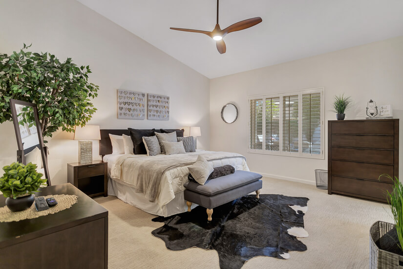 Master Bedroom: King Bed, 2 dressers, Smart TV + twin airbed