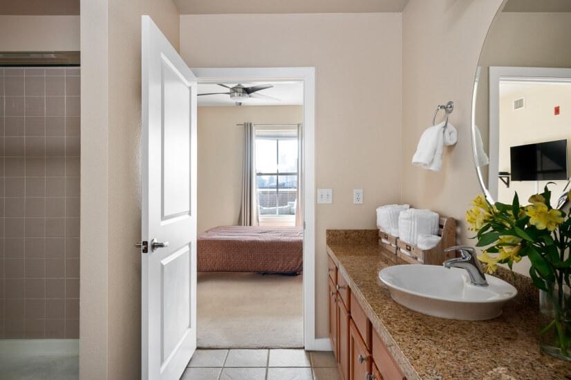 En suite master bathroom w/ shower & walk-in