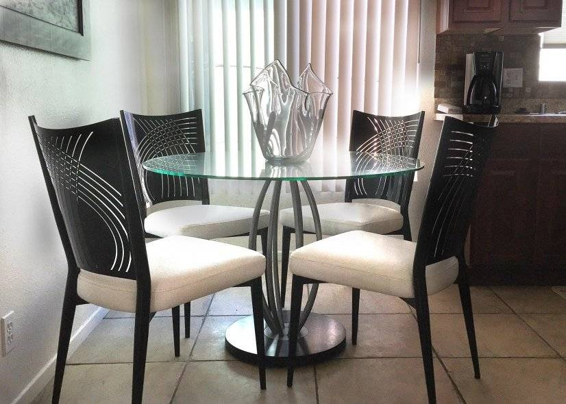 Beautiful Dinette set, gorgeous kitchen, tiled & airy