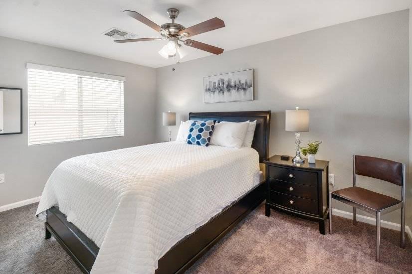 bedroom w queen zize bed