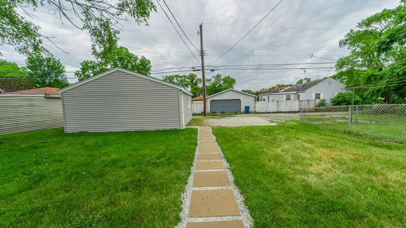 Detached Garage/ Back Yard