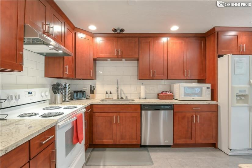 Spacious complete kitchen