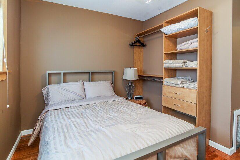 Rear bedroom w/full-sized bed