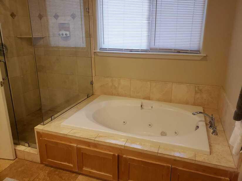 Jacuzzi_Tub_Master_Bathroom