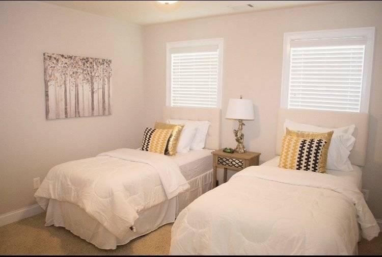 Guest bedroom w twin beds