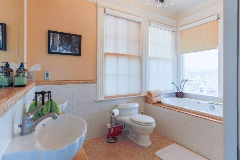 Master bath w/large soaking tub, double vanity & great views
