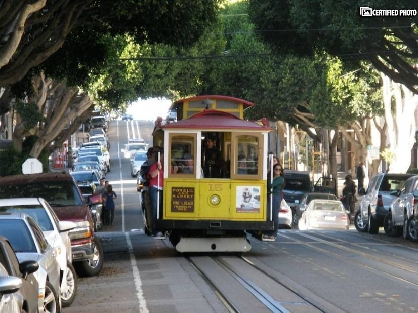Hyde Street cable car is one and half block from the flat!