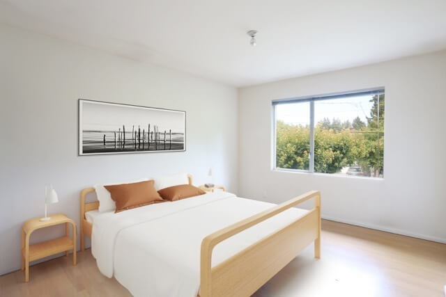 Minimalist furnishings and Queen bed offer re