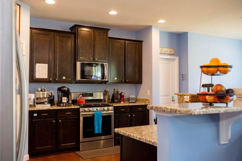 Full Kitchen - Stove, Microwave & Espresso!