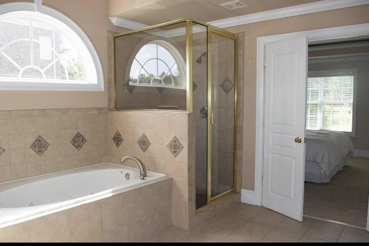 Master bath w jacuzzi tub and ceiling fan