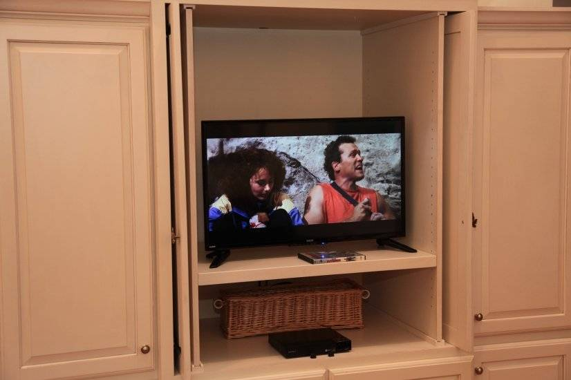 Entertainment Center with Cable TV and WiFi/Blu-ray Player