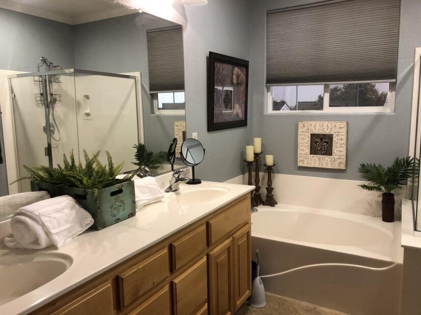 3rd Floor Dual Sinks and Garden Tub