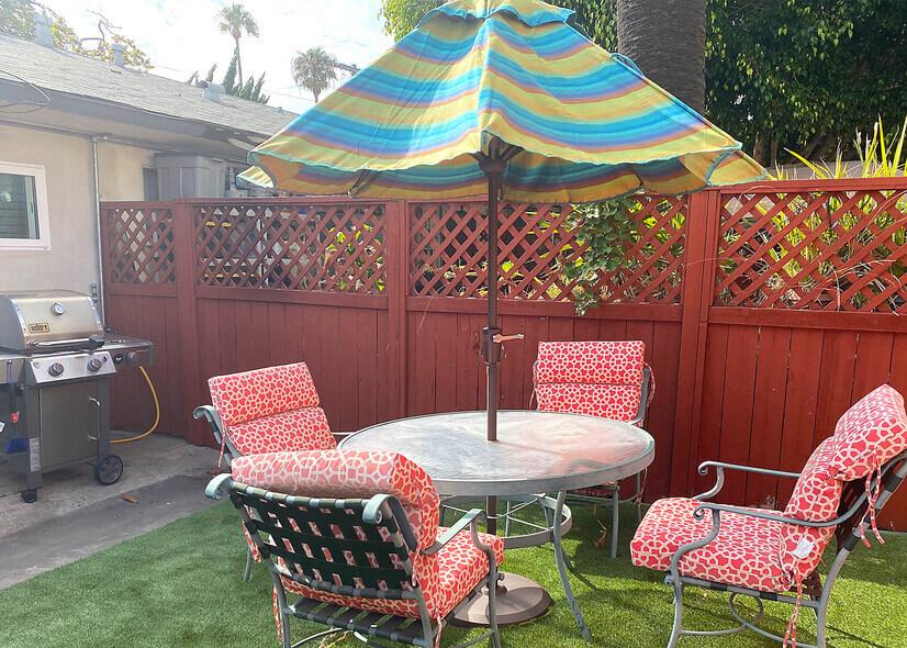 All gas bar-b-cue private backyard at the beach!
