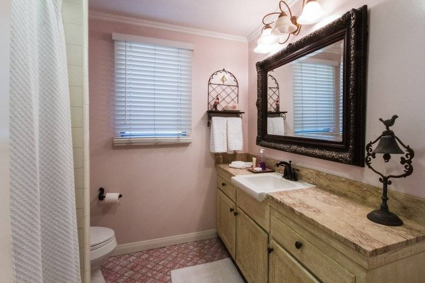 Hall Bathroom, marble counter, shower/tub combo,white towels