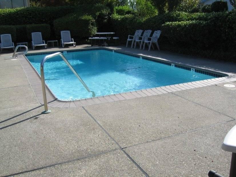 Community Hot Tub with seasonal Pool