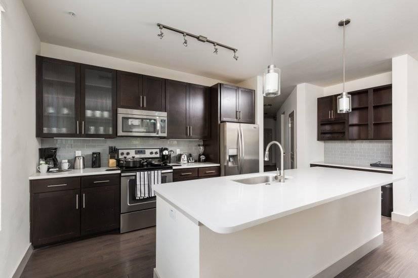 Upgraded kitchen w/ large kitchen island