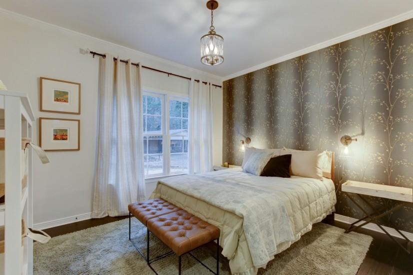 Green bedroom (queen bed)