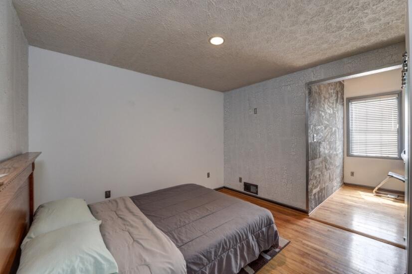 Bedroom w/ Queen Bed, walk in closet,Full bath w/ tub-shower